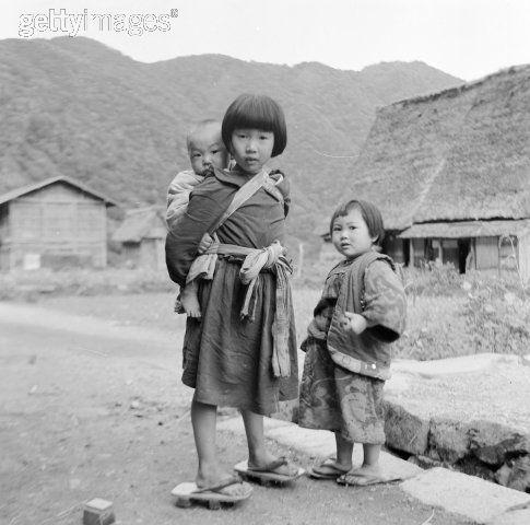 Japońskie dziewczynki opiekujące się niemowlęciem