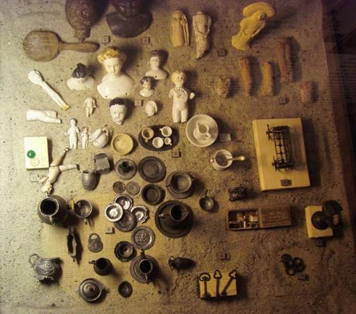 miniaturowe naczynia i lalki
