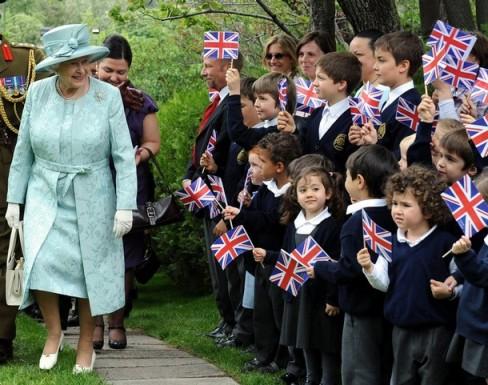 Angielskie dzieci ze swoją królową